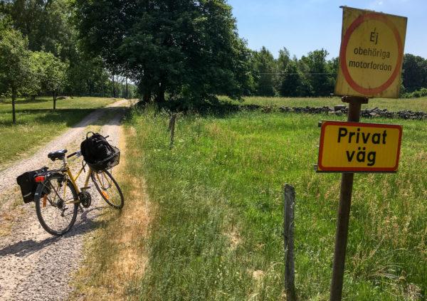Att cykla har sina fördelar när man ska till konstiga ställen